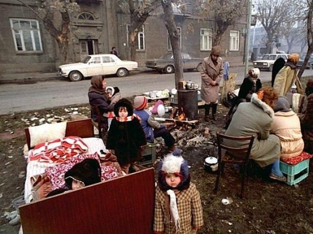 Люди боялись возвращаться в дома и жили на улицах. Не хватало питьевой воды, еды, теплой одежды.