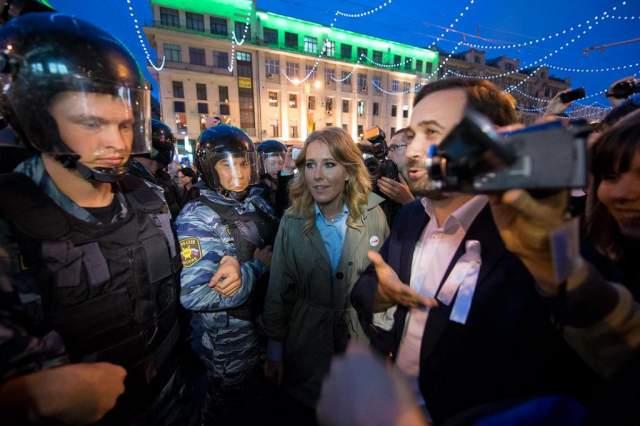 """В конце того же года Ксения вышла на митинг против фальсификации выборов в Думу, в марте 2012 года участвовала в митинге """"За честные выборы"""", а 8 мая ее вместе с Алексеем Навальным задержали у Никитских ворот."""