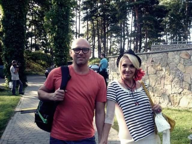 """Латковский по совместительству является директором Вайкуле, но, несмотря на то, что она - его """"подчиненная"""", заставлять ее расписываться и рожать детей он не стал. Сама артистка говорит, что """"это не для нее""""."""