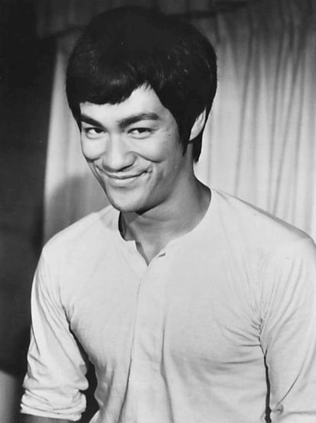 """Брюс Ли. 20 июля 1973 актер работал в Гонконге над фильмом """"Игра смерти"""", когда внезапно упал в павильоне киностудии Голден Харвест."""