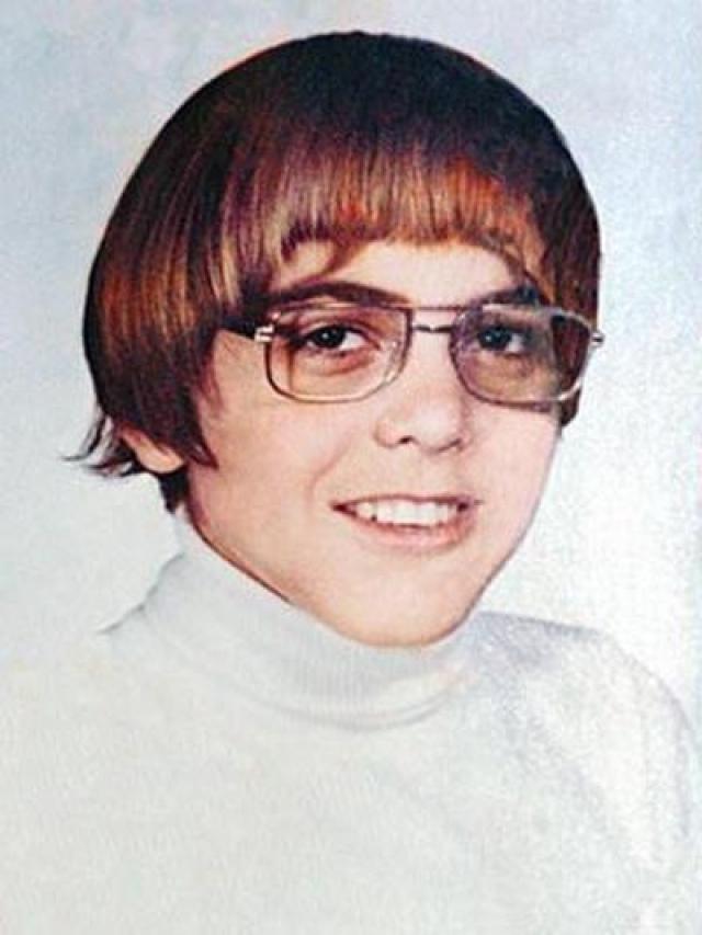 """Джордж Клуни. Выглядел как самый настоящий """"ботаник"""": хипстерская стрижка в сочетании с очками в роговой оправе."""