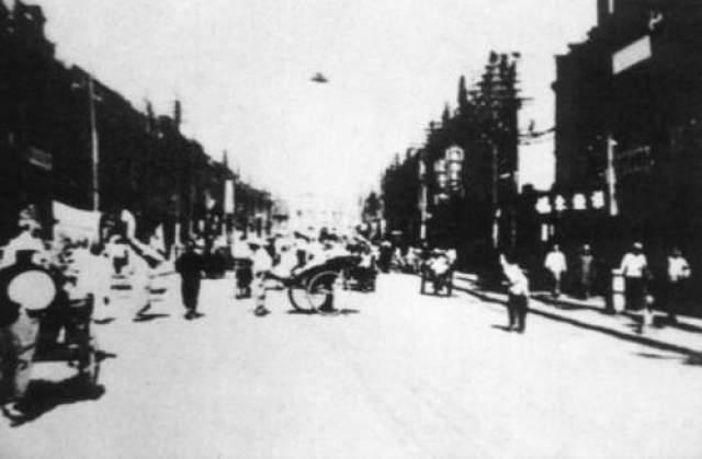 НЛО в Китае, 1942 год Эта фотография времен Второй мировой войны надела в старом китайском фотоальбоме. Фотограф сделал снимок НЛО над улицей жилого города Тинстен, провинция Хэбэй, Китай, в 1942-ом году. На снимке виден НЛО в небе, а по крайней мере один человек указывает на него рукой.