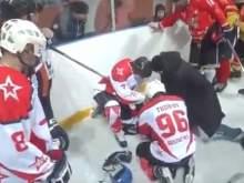 Тренер спас жизнь хоккеисту во время игры