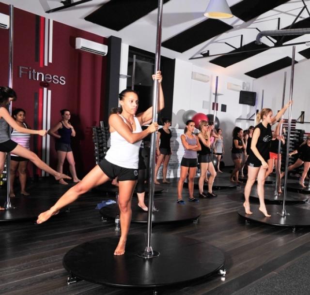 В 21 веке стриптиз стал гораздо ближе к самым обычным девушкам и спорту. В любом уважающем себя фитнес-клубе обязательно найдется урок с элементами эротического танца.