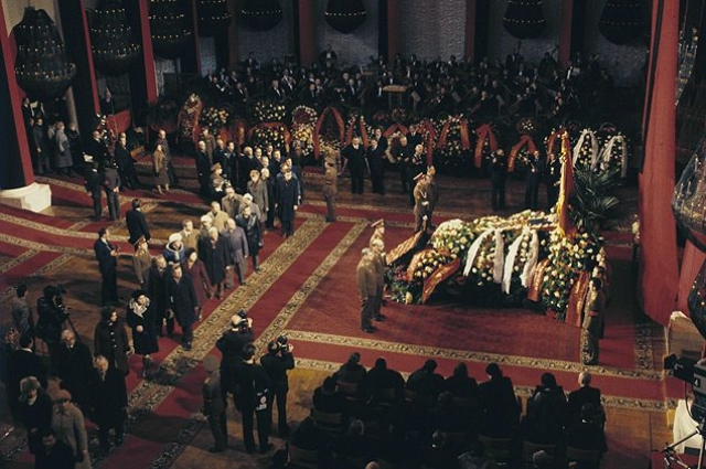 Леонида Брежнева , скончавшегося 10 ноября 1982 года, как и других советских генсеков, хоронили с особой помпой, правда стоимость подобной процессии доподлинно не известна.