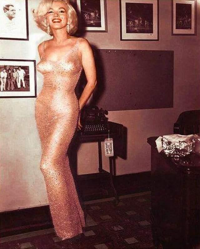"""1962 год: Мерли Монро и ее знаменитое платье, сшитое прямо на ней, в котором она чувственно пела """"Happy Birthday, Mr.President"""" юбиляру Кеннеди"""