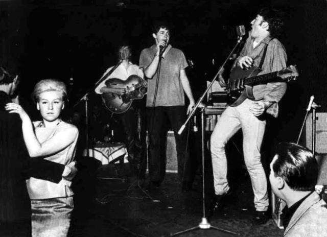 Во время концертов в Гамбурге, музыкантам пришлось использовать струны из клубных пианино, в связи с отсутствием денег на приобретение нормальных струн.