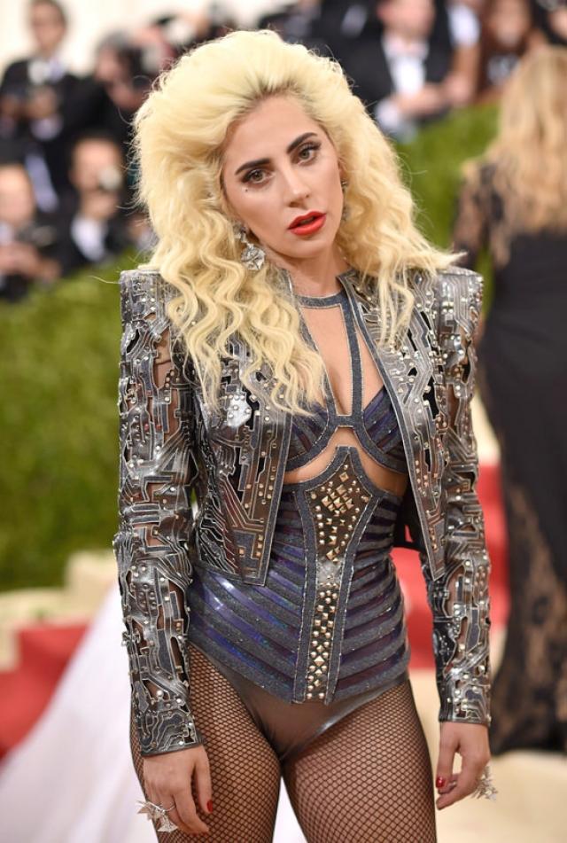 """Леди Гага. Певица неспроста записала песню под названием """"Свиньи"""", посвященную тем, кто издевался над ней из-за лишнего веса."""