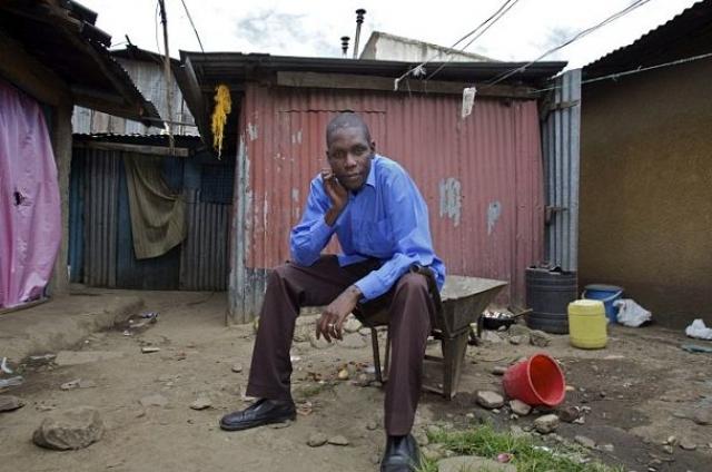 У Барака Обамы живет в Кении сводный брат, причем, очень похожий на него. Его зовут Джордж Хусейн Оньянго Обама. Ему 26 лет, а живет он в полуразрушенной хижине на окраине города Найроби.