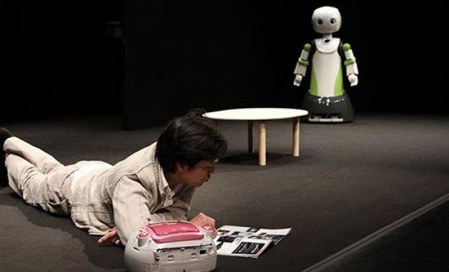 Вместе с артистами на сцене находился андроид Geminoid F и робот-слуга Robovie R3. Техническим консультантом спектакля стал один из ведущих исследователей в сфере робототехники Хироси Исигуро, известный созданием точной копии самого себя.