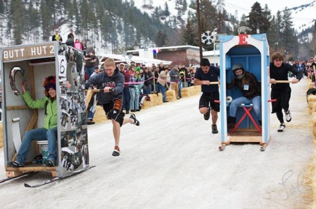 Гонки на туалетных кабинках. Туалетные кабинки устанавливаются на лыжи - и вперед! Соревнование проводится в Конконалли, штат Вашингтон.