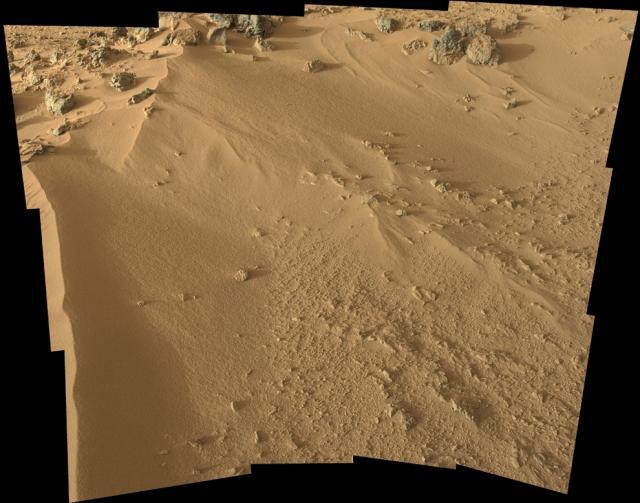 Песчаный нанос под названием Rocknest, со склона которого марсоход взял первые пробы грунта.