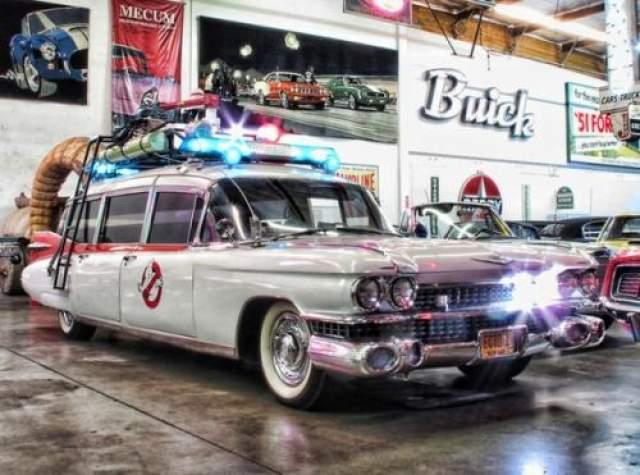 """Cadilac Miller-Meteor 1984 Автомобиль был переделан из модели Cadilac Miller-Meteorit Ambulance 1959 года для съемок в фильма Айвена Ратмана """"Охотники за приведениями"""" (1984) и """"Охотники за приведениями 2"""" (1989). Одним из главных достоинств данной модели стал огромный салон и просторные сидения. В реальности же данная модель использовалась в качестве катафалка и скорой помощи."""