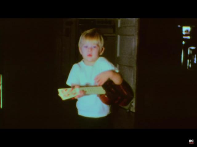 С двух лет мальчик вовсю распевал песни The Beatles, играл на барабанах, а играть на гитаре начал учиться в 14 лет, воодушевленный статьей о Sex Pistols. Тогда же он точно решил, что создаст собственную группу.