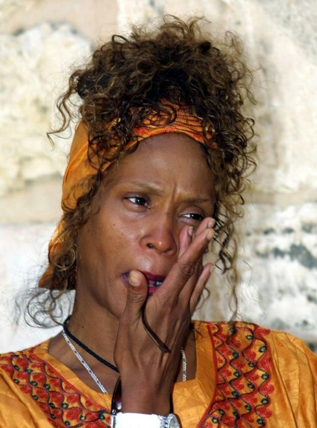 """11 февраля 2012 года певицу в бессознательном состоянии в ванной гостиничного номера отеля Beverly Hilton в Беверли-Хиллз накануне 54-й церемонии """"Грэмми"""" обнаружила ее тетя Мэри Джонс."""