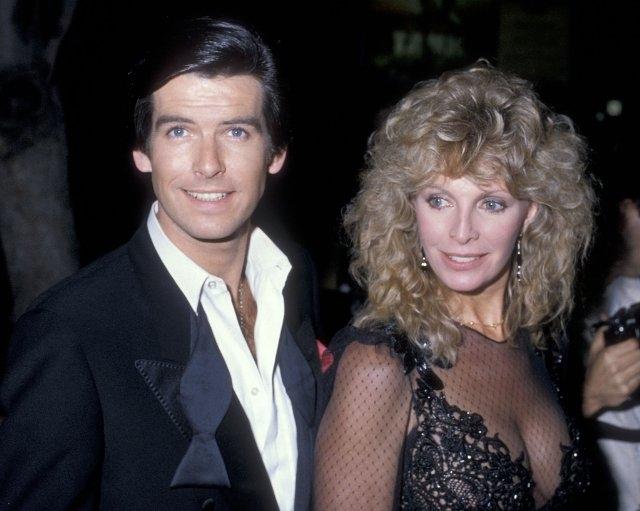 Через год после встречи они поженились, а Броснан усыновил детей Кассандры Шарлотту и Кристофера. Именно жена не раз говорила, что он создан для роли агента 007.