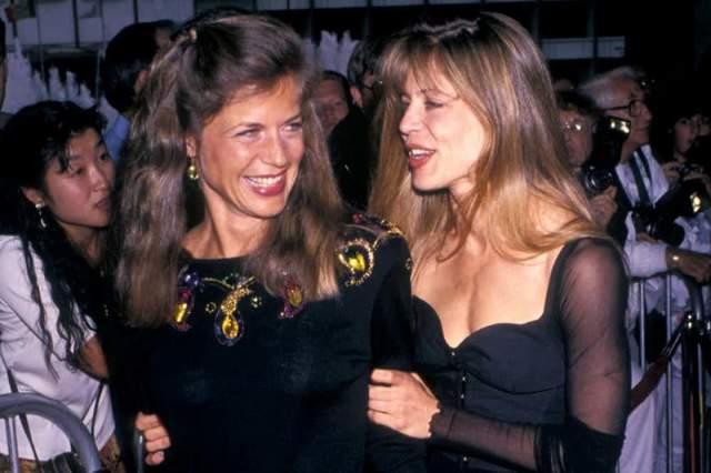 """Линда Хэмилтон и Лесли Хэмилтон-Геррен, 62 года. Известная по роли в """"Терминаторе"""" актриса, бывшая супруга режиссера Джеймса Кэмерона, имеет сестру-близнеца, которая совсем не интересуется актерской деятельностью, а работает медсестрой."""