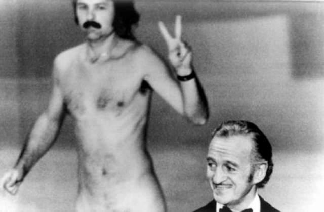 """Появление голого стрикера в 1974 году. Свою минуту славы фотограф и владелец арт галереи получил именно в 1974 году на премии """"Оскар"""". Роберт притворился журналистом, проник за сцену, а потом голый вышел на сцену, и прошелся так за спиной Дэвида Нивена, показывая знак пацифистов."""
