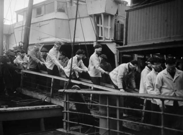"""Два моряка с """"Шарнхорста"""" считали себя счастливчиками: на обломках судна им удалось добраться до берега и избежать плена. Однако при попытке приготовить чай на захваченной с корабля паяльной лампе она взорвалась и последние жертвы """"проклятого корабля"""" умерли в ужасных мучениях."""