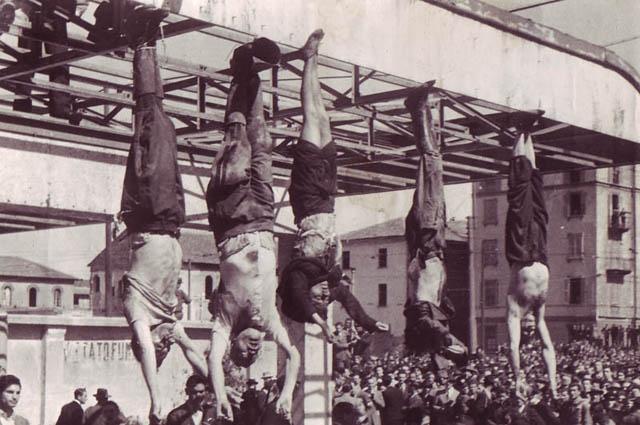 Фашисты создали специальную группу для освобождения Муссолини, но она была задержана партизанами-коммунистами. Муссолини и Петаччи отправили в небольшую деревню, где заперли в крестьянском доме в условиях строгой конспирации. Не желая передавать Муссолини американцам, группа членов коммунистической партии приняла решение о казни диктатора. Тогда пару вывезли к вилле Бельмонте, у забора которой было решено расстрелять Муссолини.