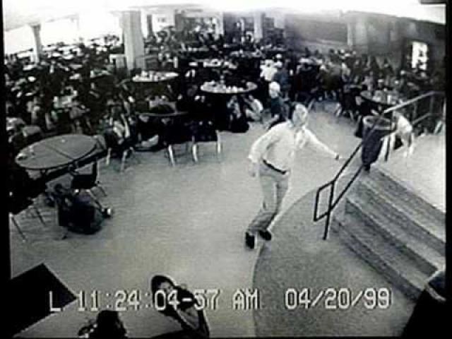 Покинув библиотеку, юноши направились в зону с кабинетами. Они заглядывали во многие кабинеты через стекло и встречались глазами с укрывавшимися в них учениками, но ворваться к ним не пытались.
