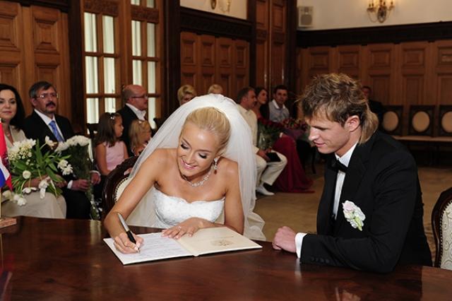 Девушка неоднократно рассказывала, что она хочет быть идеальной женой, поэтому много времени уделяет мужу.
