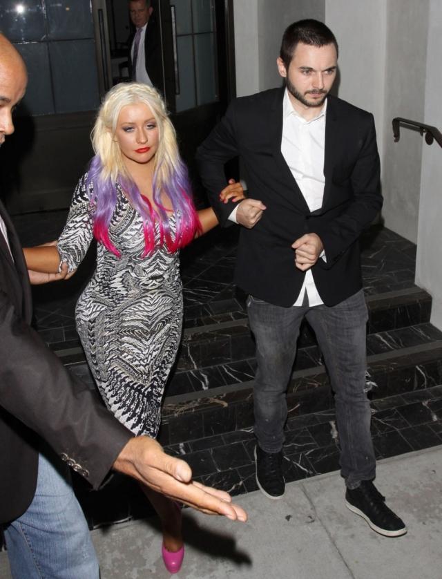Порой после посещения вечеринок и ресторанов, Кристина не может удержаться на ногах без помощи охранников.