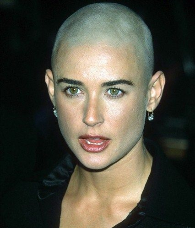 Дэми Мур. Ради роли лишила себя волос и бывшая супруга Брюса Уиллиса.