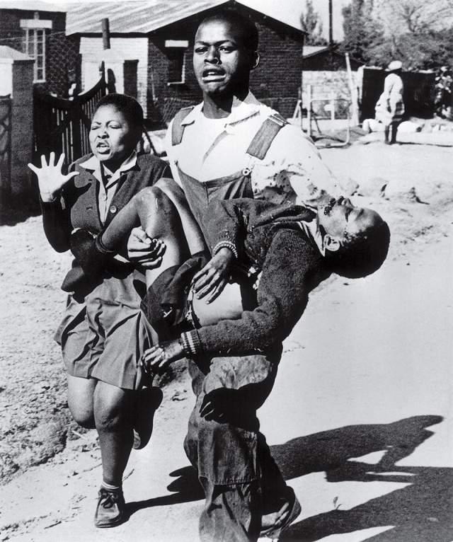 Восстание в Соуэто, Сэм Нзима, 1976. Умирающего 12-летнего Гектора Петерсона несёт на руках Мбуиса Махубу. Рядом - сестра Гектора Антуанетта. Фотография вызвала международное осуждение правительства апартеида. Тогда, понимая, что полиция может изъять плёнку, Сэм удалил её из фотоаппарата и спрятал в носок.