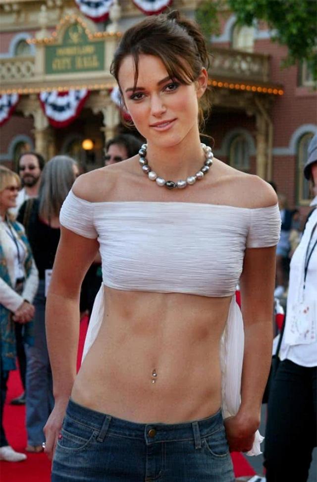 Кира Найтли. В начале карьеры актриса могла появиться на официальных церемониях в джинсах и растянутой майке, носить небрежные прически и дешево выглядящие платьица.