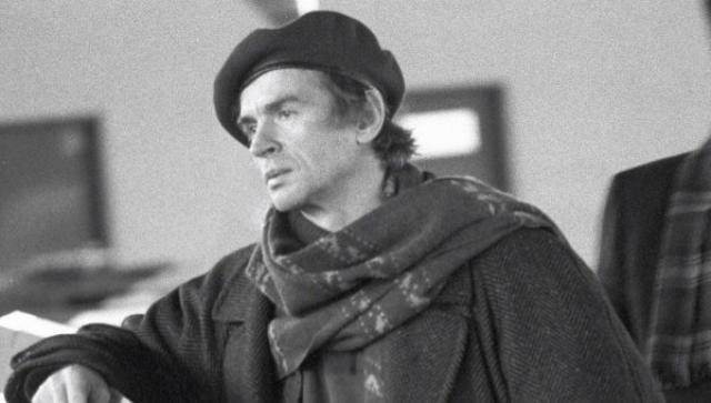 Увы, умер легендарный артист, как и многие гомосексуалисты тех лет, от СПИДа: заразившись в начале 80-х, он прожил до 1993 года и был похоронен на знаменитом парижском кладбище Сен-Женевьев-де-Буа.