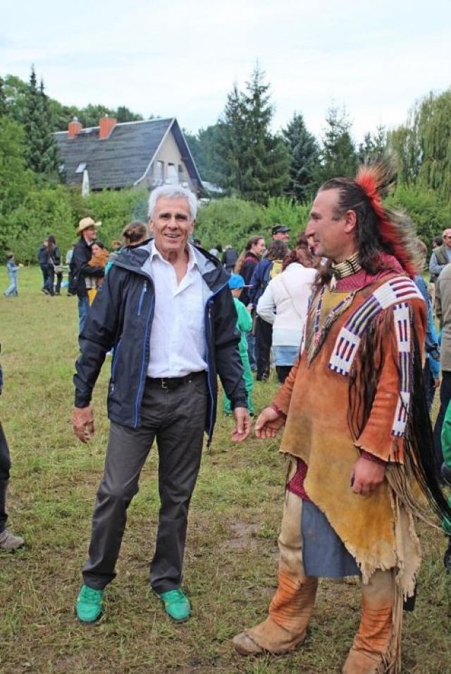 """В приглашении говорилось, что """"считают его индейцем если и не по крови, то по духу""""."""