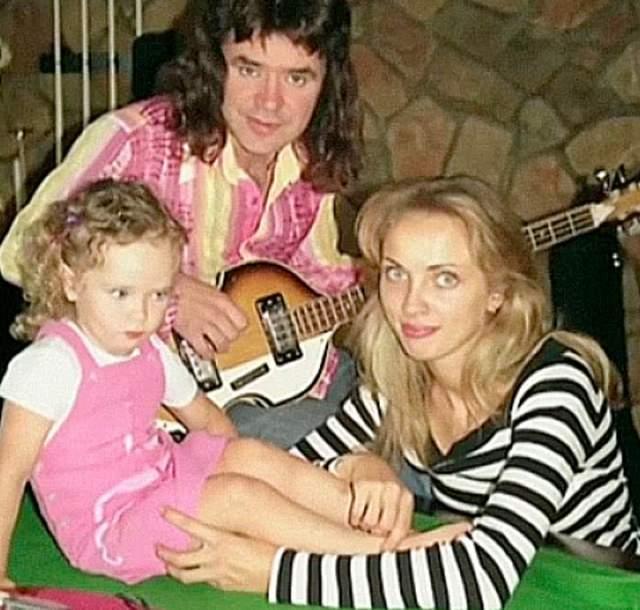 Тогда Евгений начал выпивать. В 2006 году по этой причине от него ушла супруга Наталья Черемисина, мать его старшей дочери.