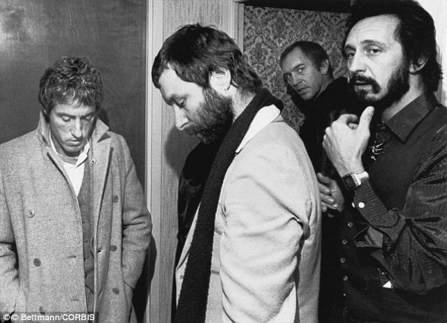 Концерт The Who в Цинцинати , 3 декабря 1979 года. Концерт группы посетила 18-тысячная толпа поклонников, которая во время саунд-чека, решила, что шоу уже началось, и попыталась прорваться внутрь через закрытые двери стадиона.
