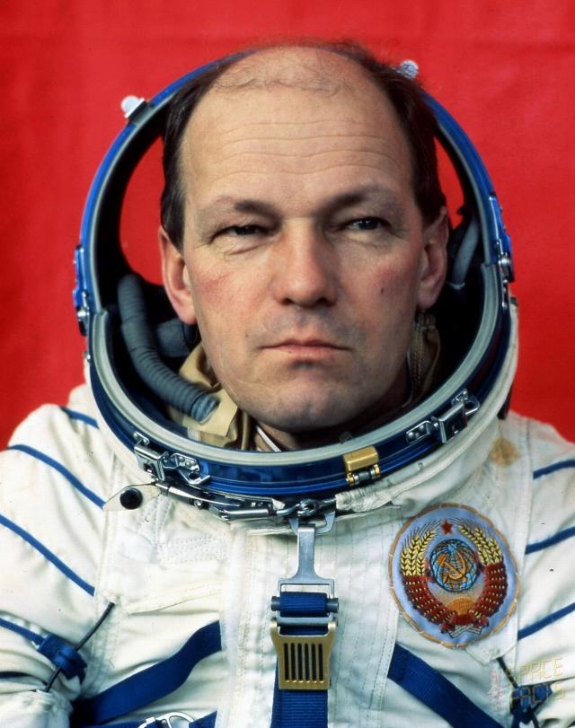 """Николай Рукавишников наблюдал вспышки в околоземном космическом пространстве во время полета на борту космическою корабля """"Союз-10""""."""