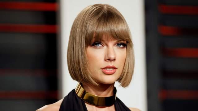 """15 февраля 2016 года состоялась 58-я ежегодная церемония """"Грэмми"""". Певица была номинирована на премию в семи категориях за две песни и одержала победу в трех номинациях. Тейлор также получила премию """"Альбом года"""" и стала первой женщиной, дважды выигравшей в этой номинации."""