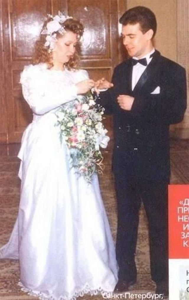 Следующий шаг - регистрация отношений в 1993 году. Будущему политику и его возлюбленной на тот момент было по 28 лет. На фото: свадьбы Дмитрия Медведева и Светланы Линник