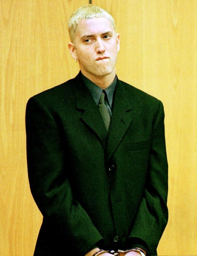 """Эминем. В 2000 году рэпер был арестован за два разных инцидента, связанных с оружием. Сначала он направил незаряженный 9-миллиметровый полуавтоматический пистолет на Дугласа Дейла, тур-менеджера ненавидимой Эминемом группы Insane Clown Posse. """"Хочешь узнать, что там внутри?""""."""
