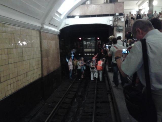 """Возгорания в тоннелях Сокольнической линии. Пожар в тоннеле между станциями """"Охотный ряд"""" и """"Библиотека имени Ленина"""" произошел в 8.17 утра 5 июня 2013 года. После короткого замыкания загорелся силовой кабель."""