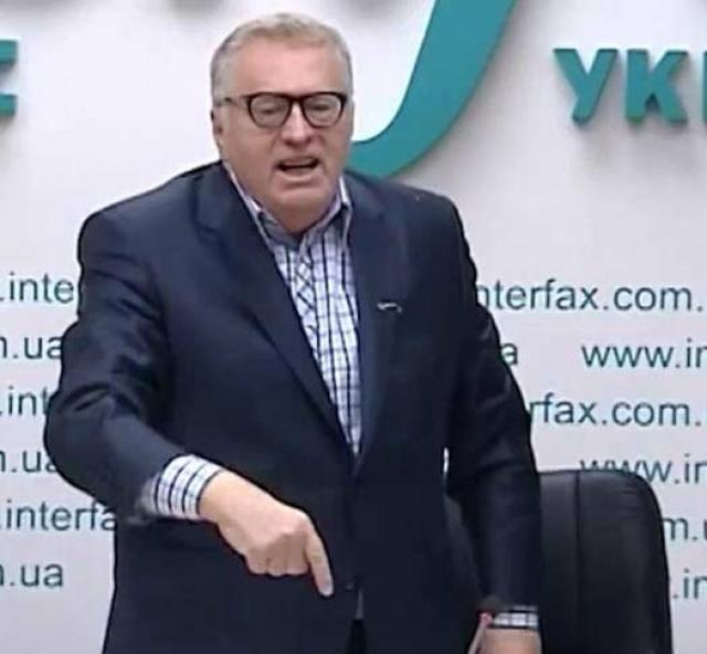 Жириновский в ответ на выходку выругал в свою охрану и долго возмущался по поводу испорченного костюма, который, по его словам, стоил дорого.