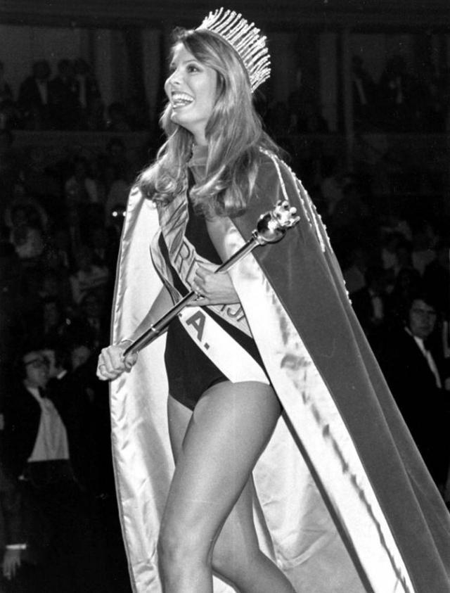 Мисс Мира 1973 Марьори Уоллэс была лишена своего звания спустя четыре месяца после конкурса после обвинения в том, что она встречалась со слишком многими известными мужчинами, среди которых - футболист Джордж Бест и певец Том Джонс.