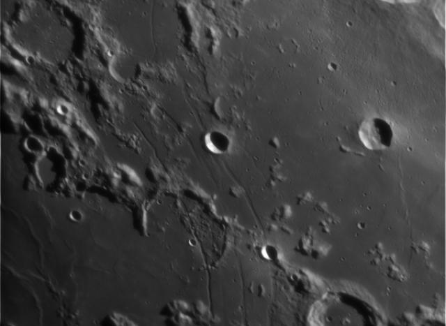 Считается, что впервые борозды на Луне были открыты около 200 лет назад с помощью телескопов. А первые фотографии этого необычного явления сделал экипаж Аполлона-10 в 1969 году.