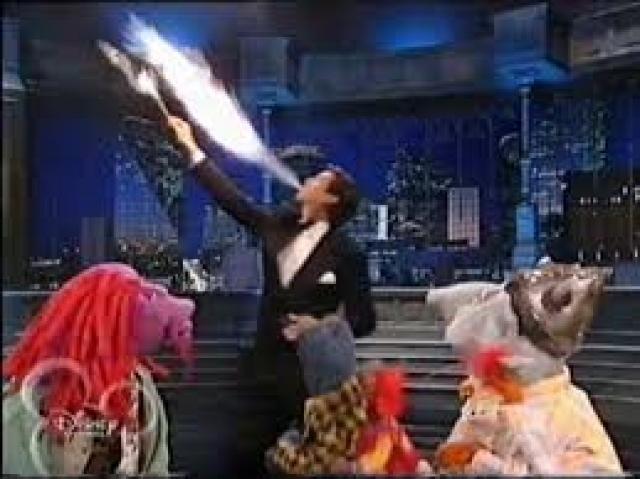 """Всемирно известный """"Агент 007"""" Пирс Броснан любит """"поиграть с огнем"""". Главным хобби он называет поедание огня."""