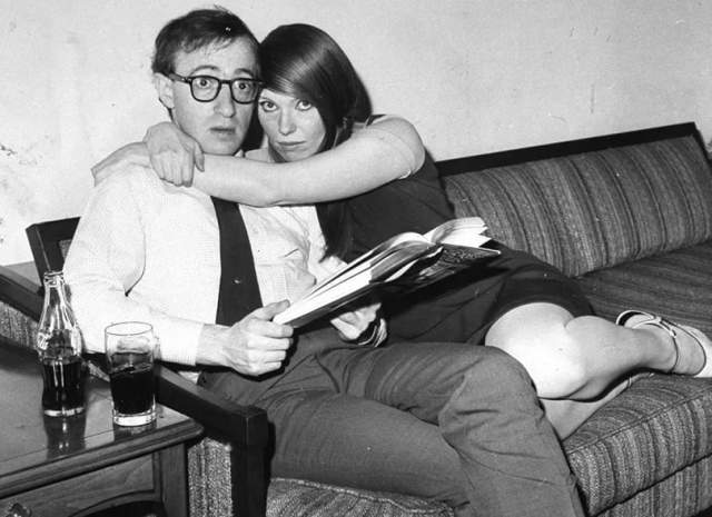 Вуди Аллен, 82 года. Первой женой Аллена была Харлин Розен. Они познакомились на любительском джазовом концерте, где Аллен играл на саксофоне, а Розен — на фортепиано. Шел 1956 год. Оба были молоды, и развелись через пять лет.
