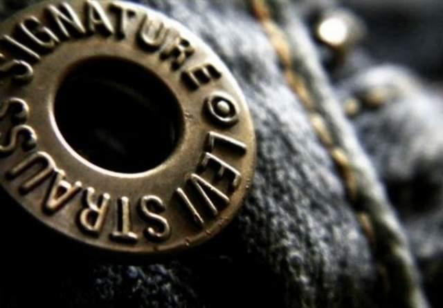 В 1869 году Джекоб открыл в Неваде свое швейное ателье. В 1892 году он изобрел новый способ крепления карманов к брюкам — при помощи медных клепок. Карманы, пришитые таким образом, никогда не отрывались, а потому его одежда стала пользоваться большим спросом. Позднее он решил запатентовать свою идею.