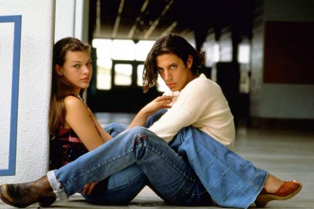 Милла Йовович, 43 года. В 1992 году, когда модели было 16 лет, она пошла под венец с актером Шоном Эндрюсом. Два месяца спустя мать Миллы, Галина Логинова, аннулировала брак своей несовершеннолетней глупой дочери.