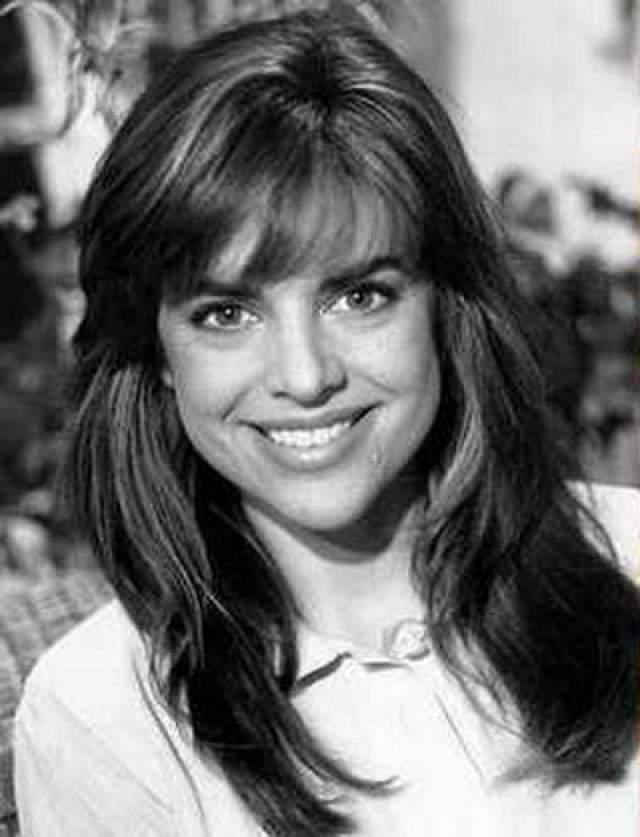 """Лиза Ринна Лиза- американская телеведущая, актриса, бизнесвумен и светская львица. Она известна по своим ролям Тейлор Макбрайд в телесериале """"Мелроуз Плейс"""", где она снималась в 1996-1998 годах, и Билли Рид в сериале """"Дни нашей жизни""""."""