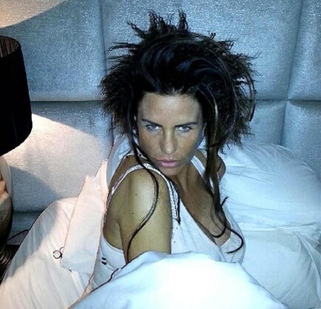 Кэти Прайс. Звезда решила продемонстрировать, как она просыпается.