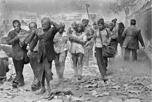 """События 11 сентября повлекли за собой обширные политические последствия. Атаки были осуждены средствами массовой информации и правительствами по всему миру, общую идею сочувствие выразила французская газета Le Monde, написавшая """"Мы все американцы"""". Наиболее широко известными исключениями стали палестинцы, открыто демонстрировавши свою радость по поводу атак на Америку."""