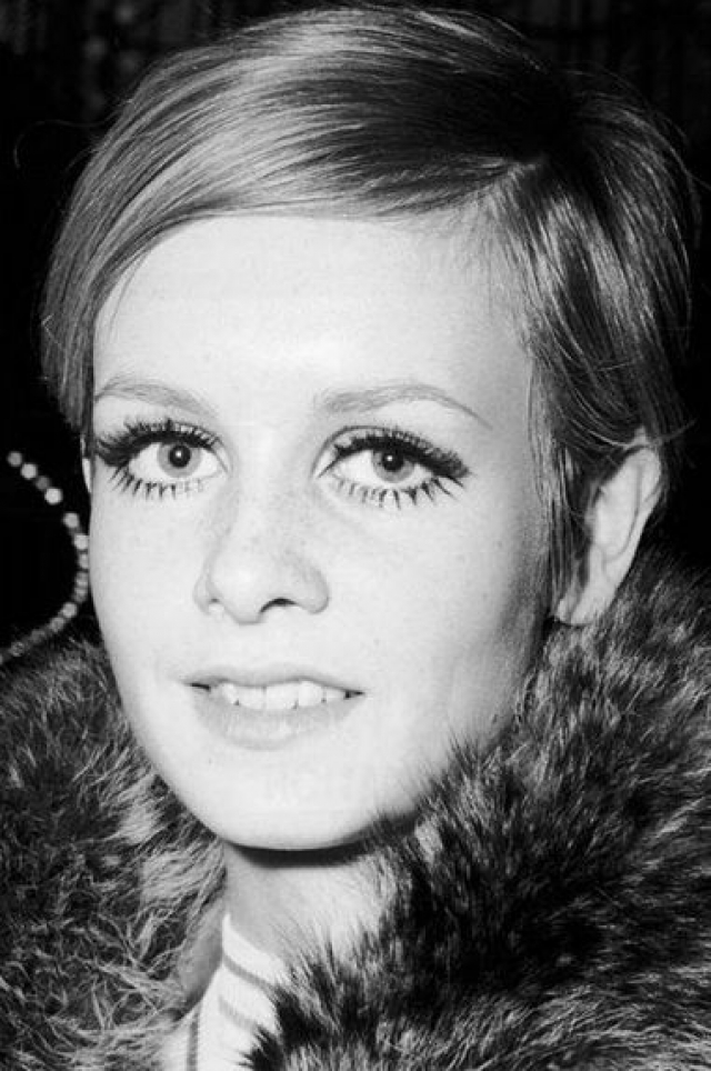 Твигги (Лесли Хорнби) вошла в мир моды еще подростком в 60-е и сразу же стала известной, благодаря своему андрогинному телосложению, большим глазам и короткой стрижке.